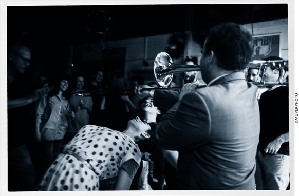 The Betty Bears - trombone limbo/Photo: MUPERPHOTO