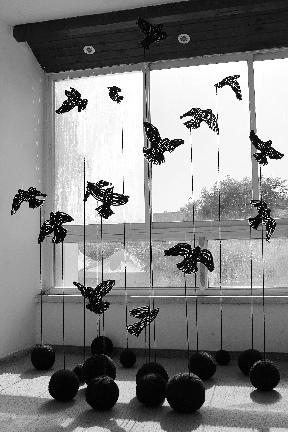 Maya Gelfman, Blackbirds, 2016, Woolen yarn and polycarbonate, collection of the artist, Haifa